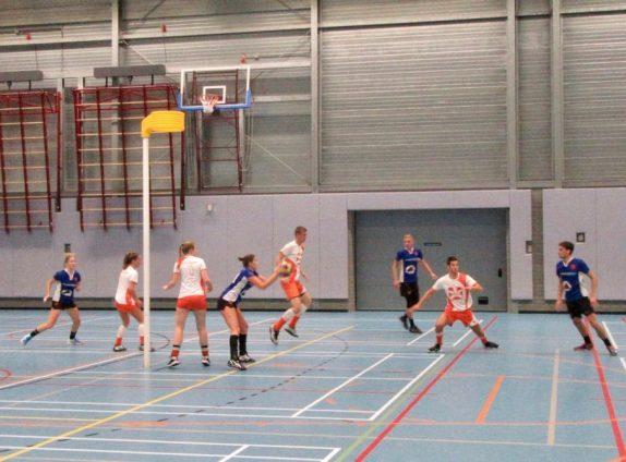 Foto: VEO in de aanvalsopbouw: Links Margit Heine, met bal Michelle Jongenburger wachtend op de actie van Jesper Verschoor (rechts), in het midden Daan de Groot, die zijn tegenstander uit de reboundzone weghoudt...