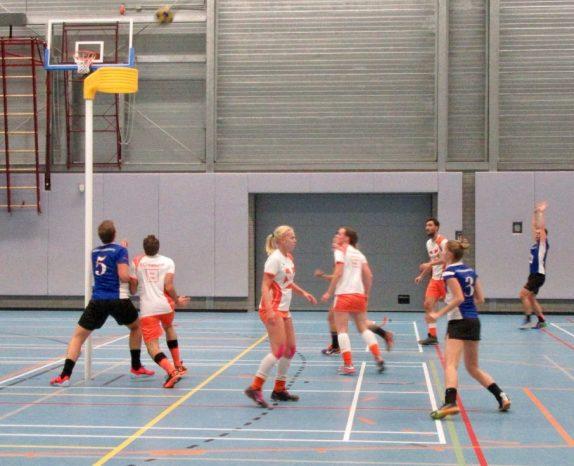 Foto: David Nanusevski (rechts) schiet en Bouke van Drunick (5) knokt voor de rebound, Sylvia Jongenburger (3) loert alweer op de afvallende bal, haar tegenstandster probeert haar niet uit het oog te verliezen...