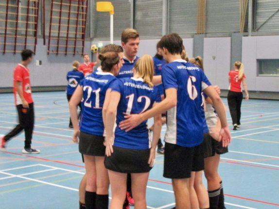 De lead foto: Beraad kort na de rust, Michelle Jongenburger (21), Margit Heine (12) en Jesper Verschoor (6) op de rug gezien en uiteraard steekt Bouke van Drunick overal bovenuit....