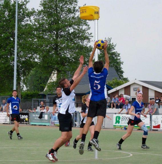 Foto: Jesper Verschoor (5) pakt de rebound na een schot van Robin van den Bosch (links). Dagmar Rosenbrand (rechts) is stand by...