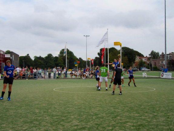 Bouke van Drunick (geheel links) is blij met zijn 1-4, die door Daan de Groot vanonder de korf wordt ontvangen. Marije Scheffers (rechts) is ook blij, terwijl Margit Heine (midden) nog onderweg is naar de paal...