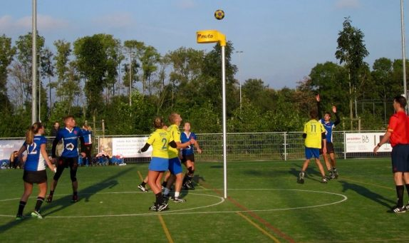 Jesper Verschoor (geheel rechts) steekt de vinger al op voordat zijn 21-15 door de korf valt, Margit Heine (12) en Daan de Groot (2e van links) hopen erop en Marije Scheffers' (bij de korf) rebound is niet meer nodig…